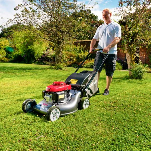 HRG536VK Person Mowing